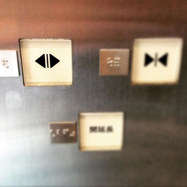 エレベーターの開けるボタンを押してあげた